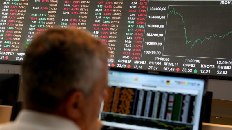 Ibovespa engata alta, dólar acumula queda e bolsas mundiais atinge máximas