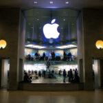 Apple bate US$ 100 bi em receitas apoiada em vendas de iPhone, mas ações afundam
