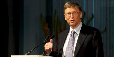 """Bill Gates recebe primeira dose da vacina e diz que é """"benefício de ter 65 anos"""""""