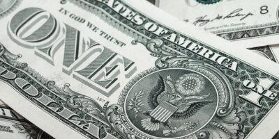 Com Treasuries atrativos, dólar avança 0,8%, próximo dos R$ 5,60