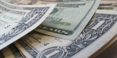 Apesar de fechar pregão em queda de 0,80%, dólar acumula alta de 0,85% na semana
