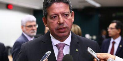 Lira rejeita possibilidade de retirar Bolsa Família do teto de gastos
