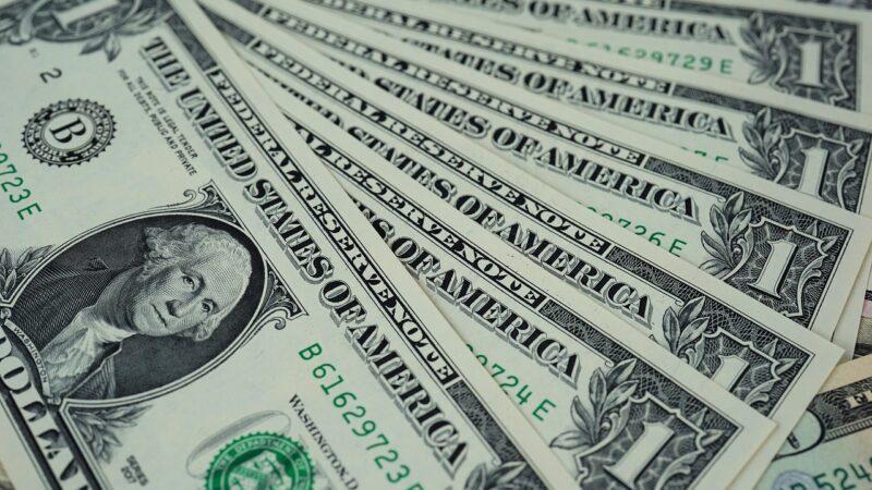Dólar volta a cair e fecha pregão negociado a R$ 5,22
