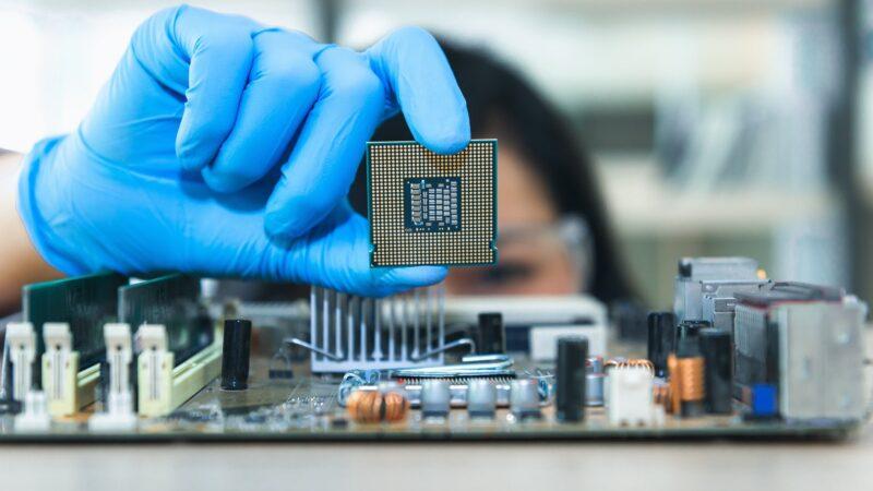 Escassez de semicondutores eleva preço e paralisa montadoras