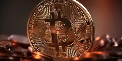 Bitcoin se recupera nesta segunda após despencar 15% no domingo