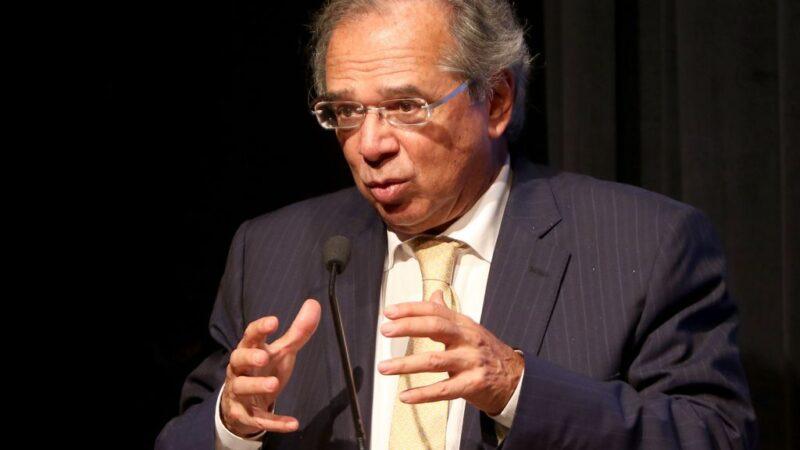 Superávit comercial forte deve ajudar a baixar cotação do dólar, diz Guedes