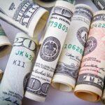 Dólar inverte alta e tem queda com investidores à espera da decisão monetária do Fed