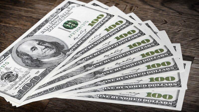 Após atingir menor valor em 4 meses, dólar continua a cair, mas não deve chegar a R$ 5