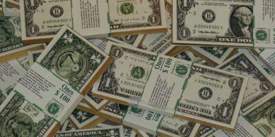 Dólar tem leve queda de 0,2%, negociado a R$ 5,04