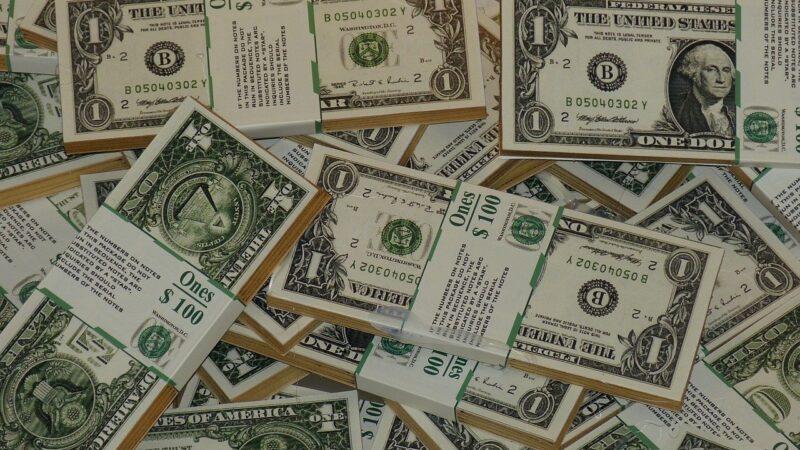 Dólar tem alta com mercado à espera de dados da inflação dos EUA