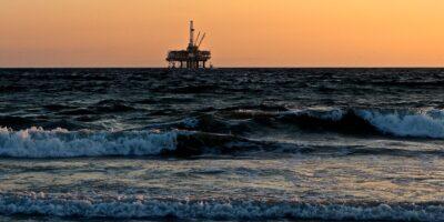 Após reverter queda, Petróleo encerra pregão em alta e acumula ganhos na semana