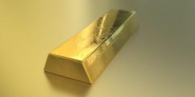 Ouro fecha em queda pressionado pelo dólar mais forte