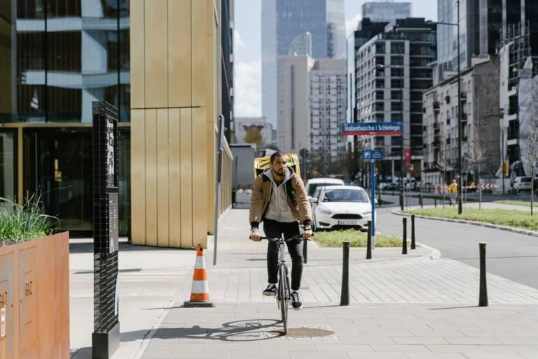 Cyklista na chodníku