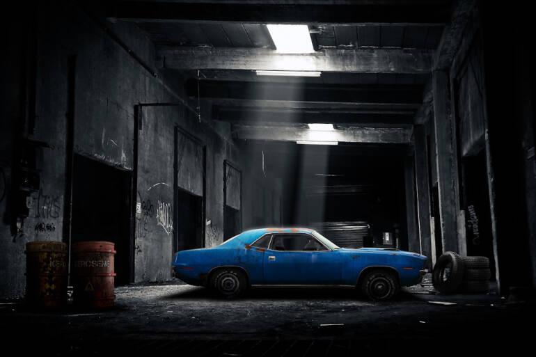Poškrábaný vůz v garáži