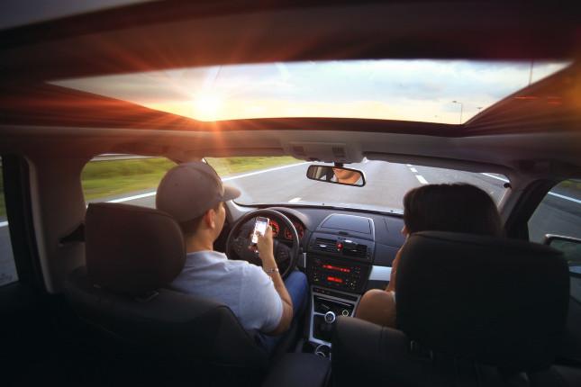 Manipulace s telefonem za volantem