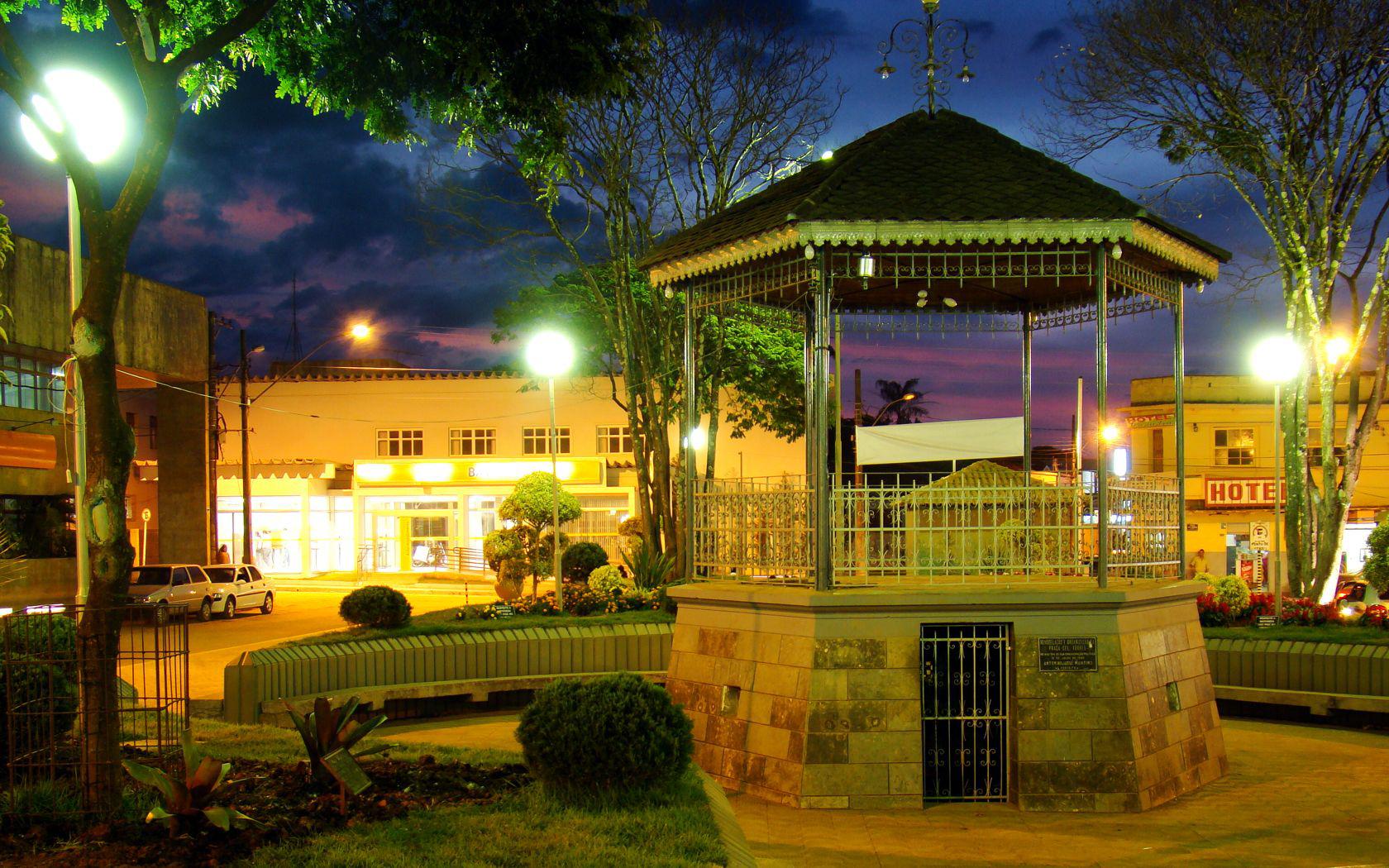 """Praça coronel torre bambuí"" por THIAGO REMIGGI - FOTO DIGITAL. Licenciado sob CC BY-SA 3.0 via Wikimedia Commons."