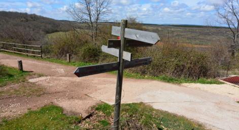 Señales indicando direcciones en un cruce, encrucijada