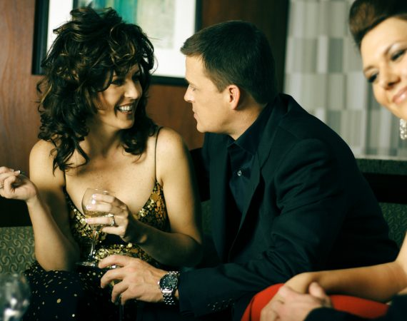 去他妈的禁忌: 老年女性毫无歉意地与年轻男性约会