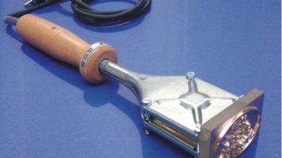 Elektrische brandstempel met koper, messing of inox RVS brandstempelblok om hout, leder, plastic of vlees te brandmerken.