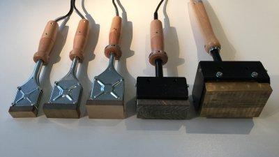 Elektrische brandstempel, handbrandstempel of gasbrandstempel met gegraveerde blok of plaat om hout, leder, vlees te brandmerken.