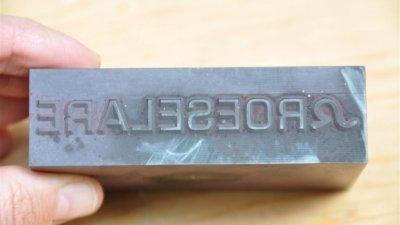 Elektrode of electrode met gegraveerde tekst, figuur, logo voor draadvonken, vonkverspanen d.m.v. vonkerosie.