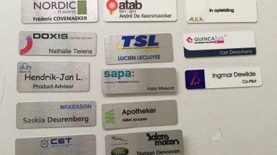 Naambadge, name tag of naambadges bedrukken met naam, functie en/of logo uit aluminium voor beurs, event, congres of winkel.
