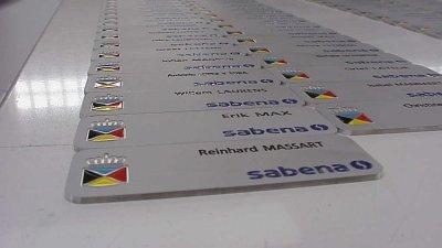 Naambadge, name tag of naambadges graveren met naam, functie en/of logo uit aluminium voor beurs, event, congres of winkel.