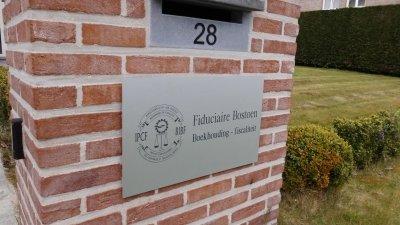 Aluminium naamplaat of geanodiseerd naambord graveren met een of meerdere teksten, logo's, foto's en/of huisnummers.