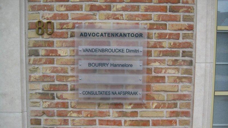 Combi naamplaat of gecombineerd naambord in aluminium, koper, plexi of plexiglas graveren met teksten, logo's en/of namen.