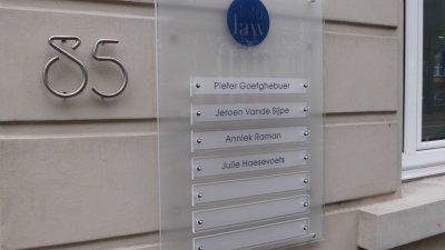 Plexiglas combi naamplaat of plexi gecombineerd naambord graveren met een of meerdere namen, teksten en/of logo's.