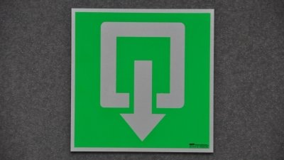 Alumininium pictogrammen of veiligheidspictogrammen geanodiseerd om veiligheidssignalisatie gebouw in orde te brengen.