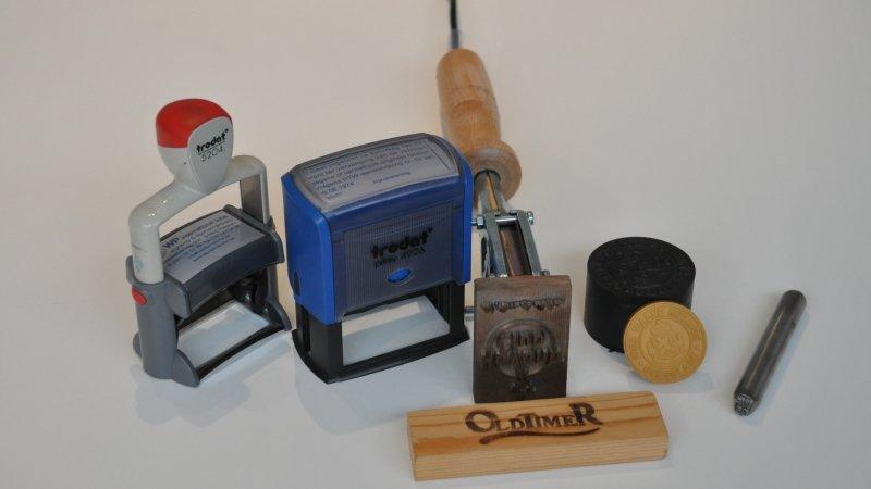 Stempel, stempels of brandstempel bestellen om afdruk na te laten op papier, hout of metaal.