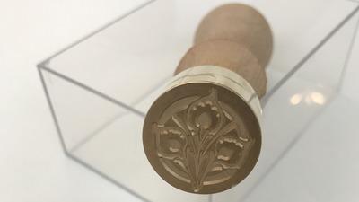 Zegellakstempel, lakstempel of wax stempel met zegellak om cachet te geven aan papieren documenten of enveloppes.