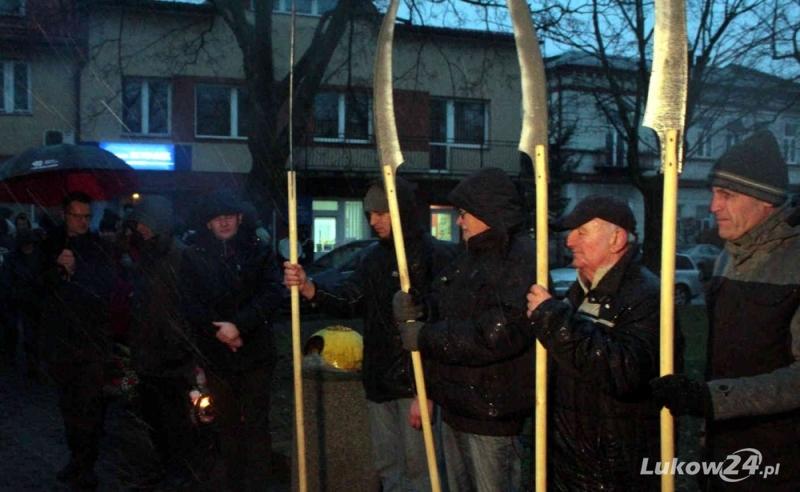 Z pochodniami i kosami maszerowali ulicami - Zdjęcie główne