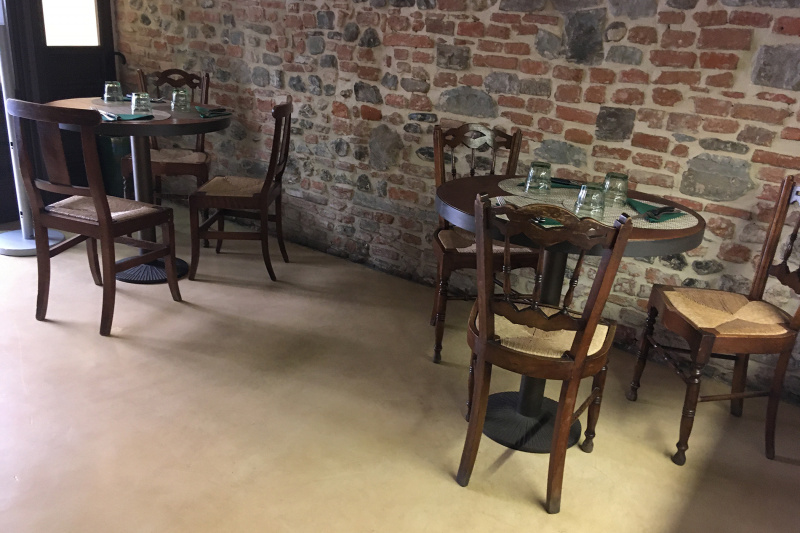 Il Desco Bistrot dinign are with rustic furniture and furnishings