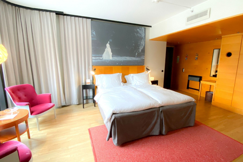 The superior room has two twin beds, a closet, two bedside tables with lamps, and bedside telephone access.