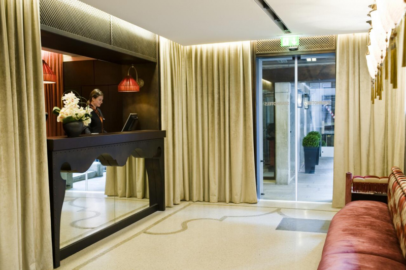 Lobby reception at Splendid Venice has smooth marble floors, a check-in desk, and floor to ceiling windows