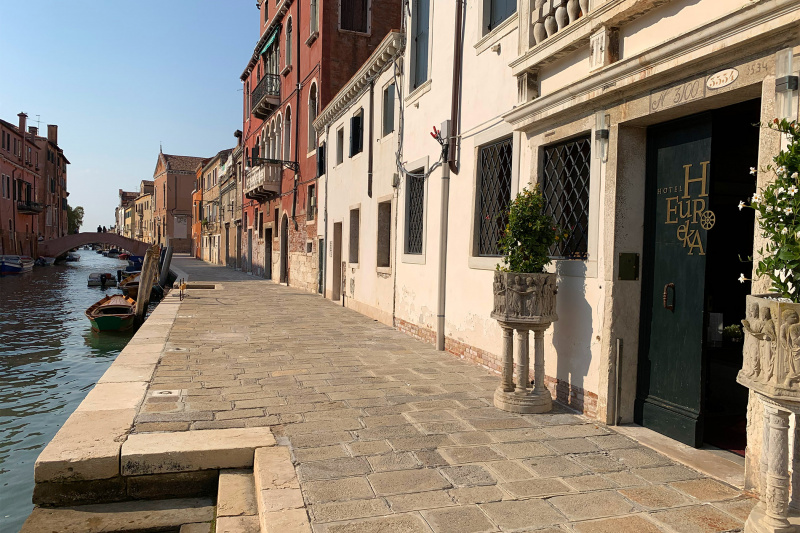 Hotel Heureka canalside, step-free entrance with direct access to Venice water ways