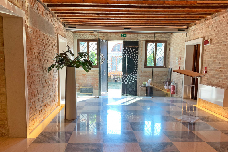 Lobby with tired entrance and smooth floors