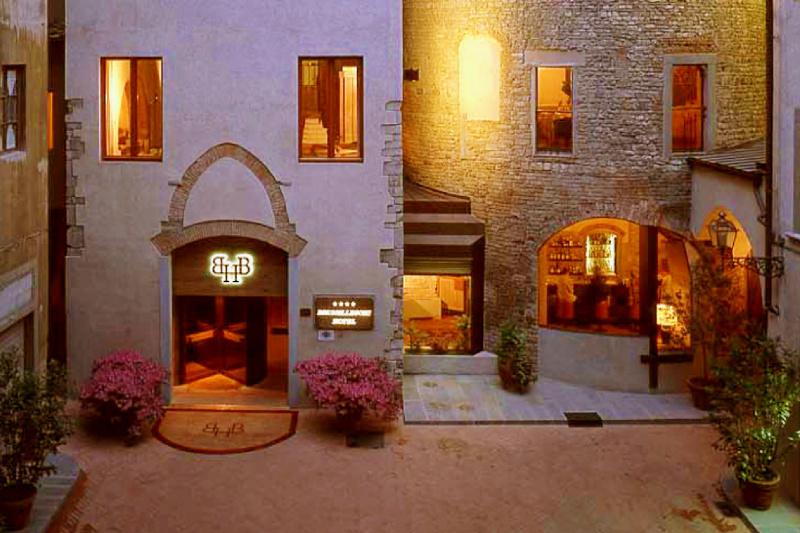 Brunelleschi Hotel entrance and courtyard