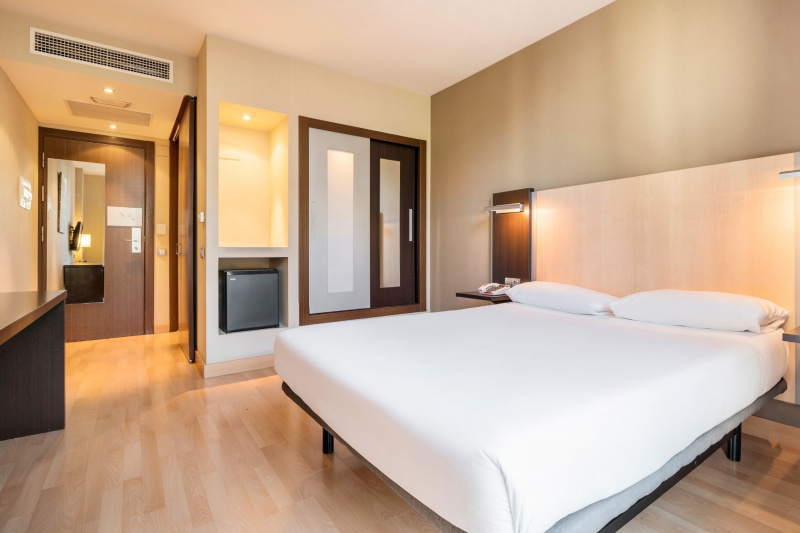 The rooms at the Ilunion Auditori Barcelona have a sleek, clean design and modern amenities