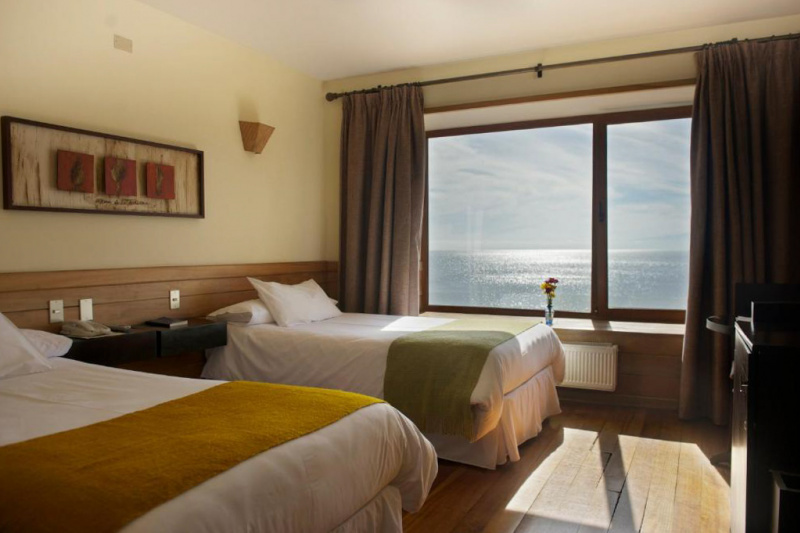 Accessible room with twin beds, panoramic windows and lake views. Wide space next to the beds