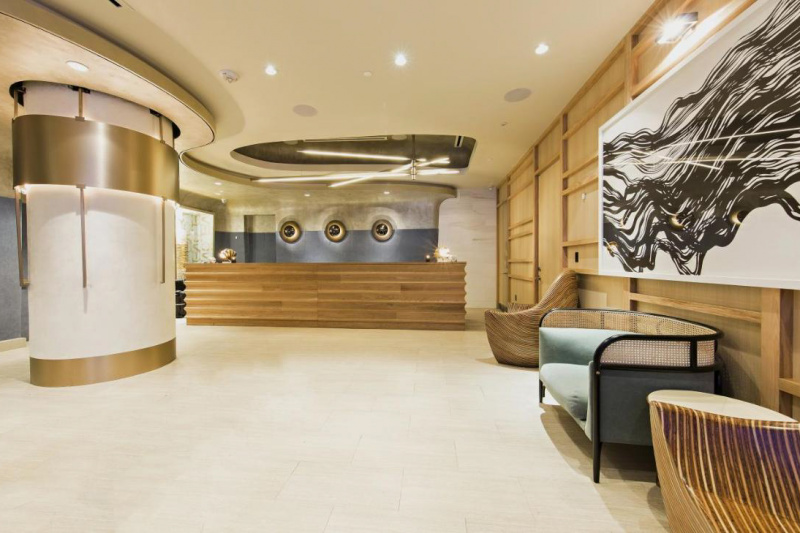 Spacious lobby with sofas and a standing counter
