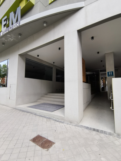 Entrance with view of the stairs and the ramp.