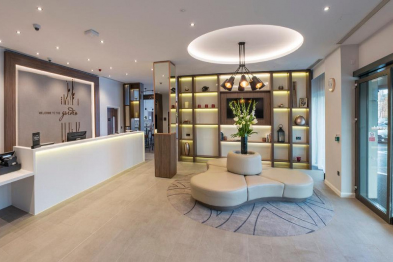 Spacious lobby with bench seats and the reception desks.
