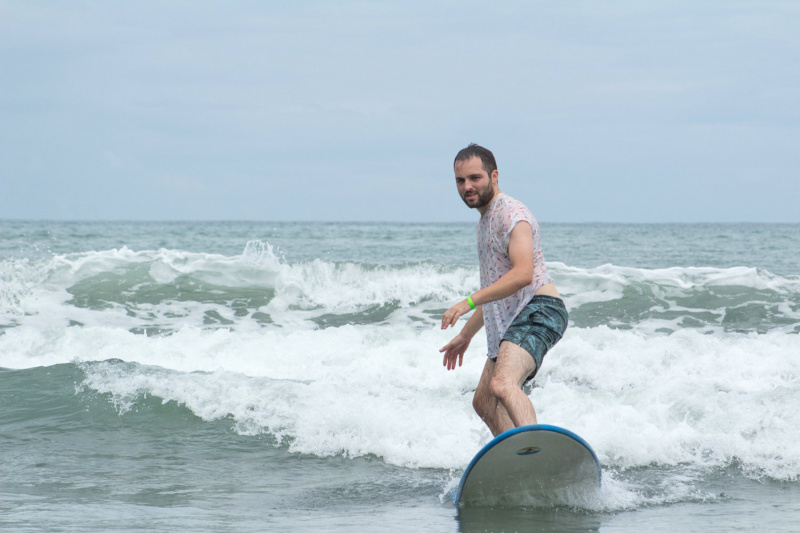 Traveler surfing using a non-adapted surf board