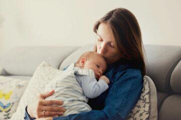 moeder troost verkouden baby