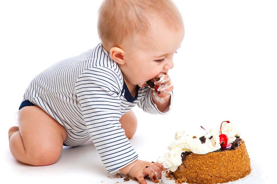 Baby met meptaart op zijn eerste verjaardag