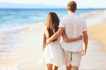 Stel met vruchtbaarheidsproblemen op het strand
