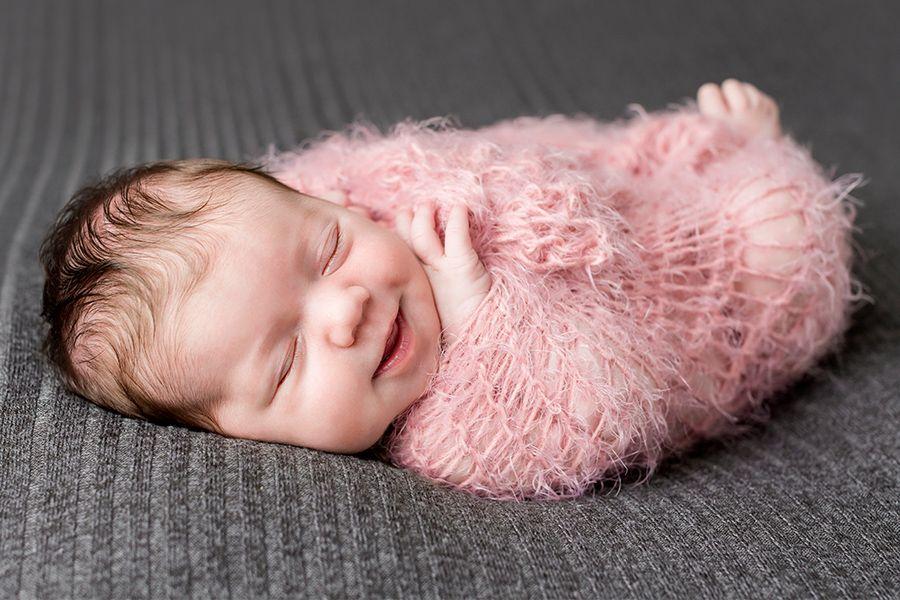 baby-silke-is-1-week-oud-en-ligt-gewikkeld-in-een-dekentje